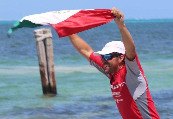 El atleta Abraham Levy, llegó el día de ayer a Cancún, luego de varios de remar para lograr su gran hazaña. (Luis Soto/SIPSE)
