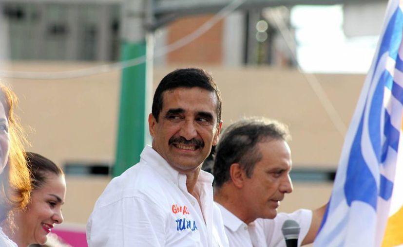 Francisco Rojas Toledo (centro) fue candidato a la gubernatura de Chiapas y también es expresidente municipal de Tuxtla Gutiérrez. Sale a la luz un video donde recibe miles de pesos, al parecer de 'moches'. (Archivo/Notimex)
