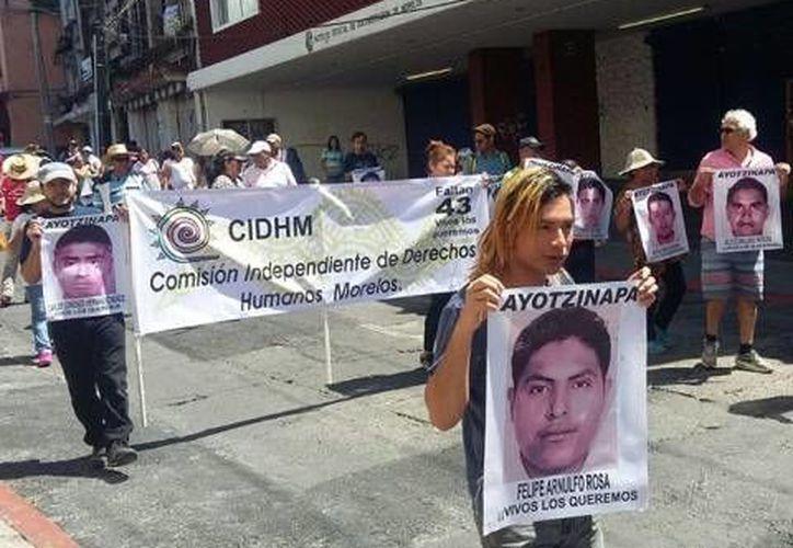 Maestros y normalistas de Amilcingo marcharon en la ciudad de Cuernavaca como parte de la 14 Jornada Global por Ayotzinapa. Familiares de victimas de la delincuencia se unieron a la marcha. (Excélsior)