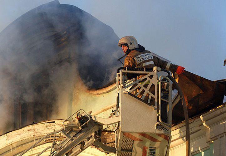 Más de 60 bomberos ya se encuentran luchando contra las llamas en el lugar del incendio. (RT)