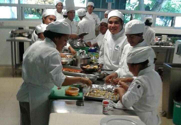 El personal debe estar capacitado para brindar un buen servicio. (Israel Leal/SIPSE)