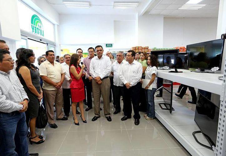 El gobernador Rolando Zapata Bello reinauguró el centro comercial del Isstey, en la calle 60; ahí, anunció que el Isstey ya saneó sus finanzas, y comenzará su modernización. (Cortesía)