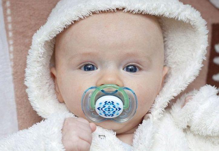 Succionar el chupón de tu bebé podría cuidarlo de las alergias