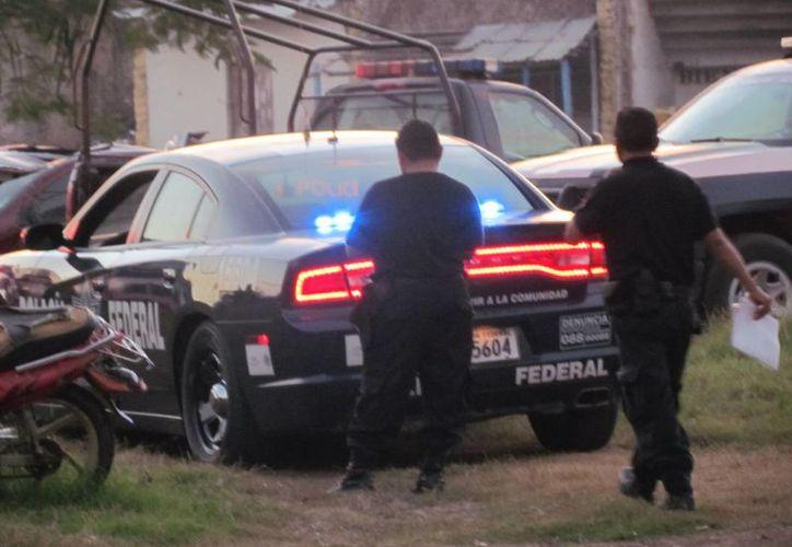 Agentes federales llegaron al municipio para tomar datos del vehículo. (Raúl Balam/SIPSE)