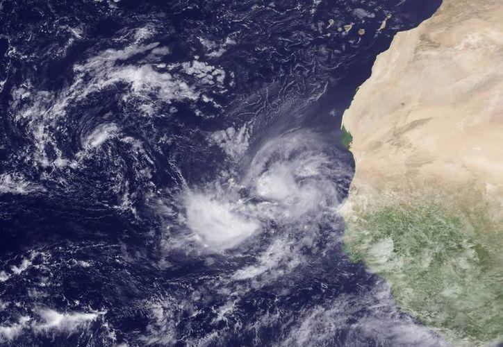 Fotografía satelital facilitada por la Administración Nacional de Océanos y Atmósfera de EU, que muestra un fenómeno meteorológico en el sureste del archipiélago africano de Cabo Verde . (EFE/NOAA)