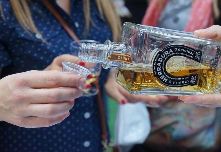 La Comisión Federal para la Protección de Riesgos Sanitarios asegura que el 43 % del alcohol que se ingiere y circula en México tiene procedencia ilegal. (Archivo/Notimex)