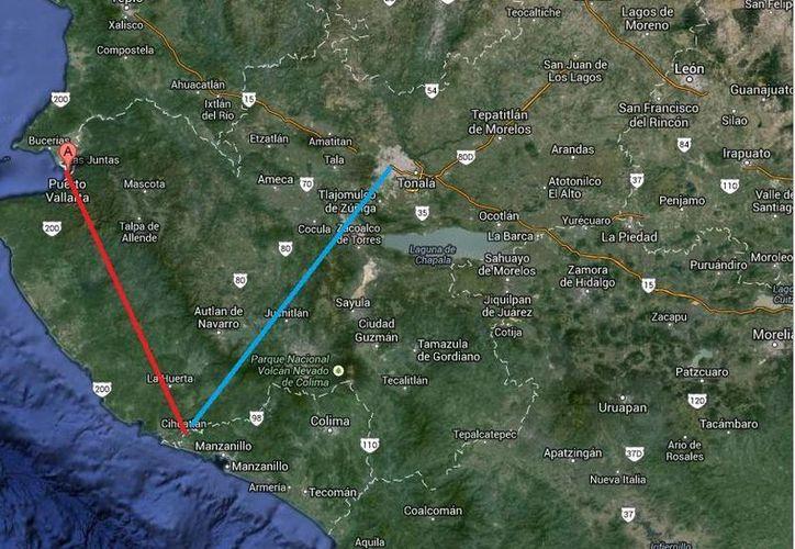La avioneta del Ejército hallada alrededor del mediodía de este jueves debía llegar a Guadalajara (ruta azul), pero su trayectoria le llevó a Puerto Vallarta (ruta roja). (Google Maps)