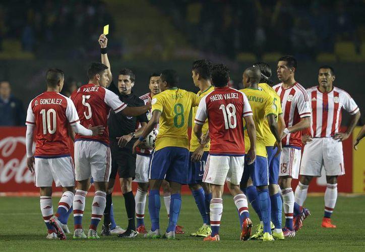 Las polémicas y los errores arbitrales han sido las contantes en los partido de Copa América, hasta ahora ningún equipo ha salido limpio. (AP)