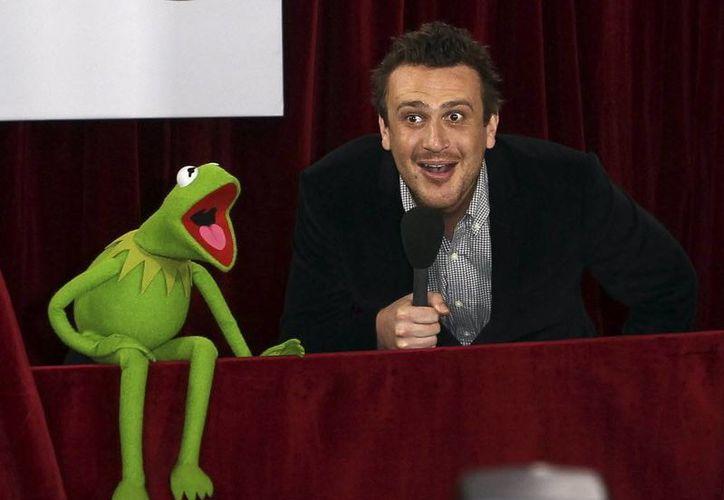 Jason Segel y 'Kermit' la rana, estrellas del filme 'Los Muppets'. (Agencias)