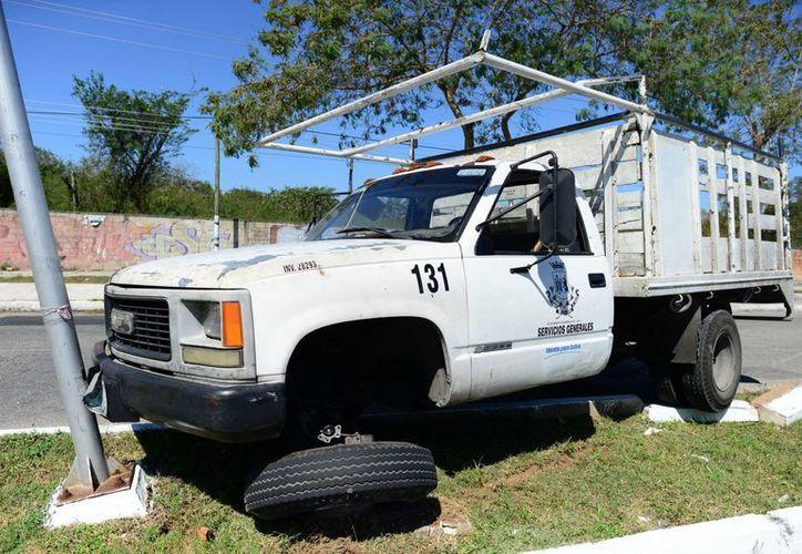 El camión de la Comuna se subió al camellón y chocó con poste. (Milenio Novedades)