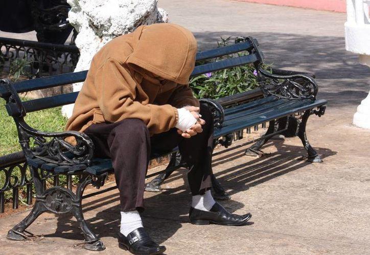 """Aunque el calor volvió este sábado a Mérida, el aire """"fresco"""" obligó a algunos a """"tenderse"""" al sol. (Milenio Novedades)"""