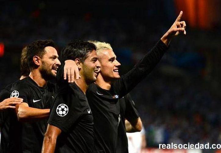 Real Sociedad, con apoyo de Carlos Vela, logró importante ventaja para el duelo de vuelta en el estadio Municipal de Anoeta, en España. (realsociedad.com)