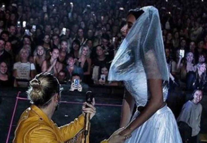El intérprete invitó a la chica a subirse al escenario. (vanguardia.com)