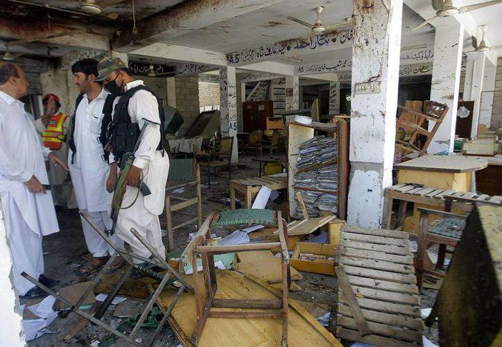 Hombres armados y con chalecos suicidas irrumpieron en una colonia cristiana cerca de Peshawar y un suicida se inmoló en la localidad de Mardan. (AP/Mohammad Sajjad)