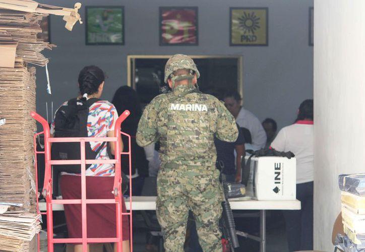 Los paquetes de material electoral son entregados a los presidentes de casillas. (Octavio Martínez/SIPSE)