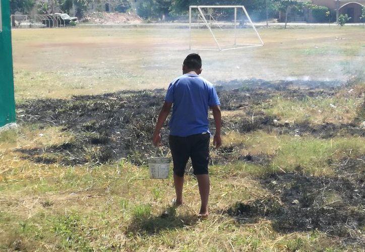 Cinco habitantes de la colonia Juan bautista Vega iniciaron labores de limpieza. (José Chi/SIPSE)
