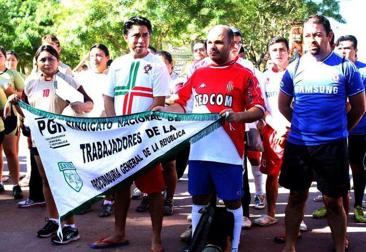 Desfile de equipos durante la inauguración del V Torneo del Sindicato de Trabajadores al Servicio del Poder Judicial del Estado de Yucatán. (Milenio Novedades)