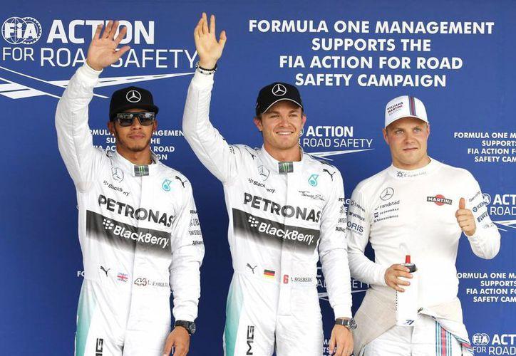 El piloto de la escudería Mercedes, Nico Rosberg (c), ganó la pole y saldrá en primera posición en el Gran Premio de Japón este domingo. Lo escoltan su compañero de equipo, Lewis Hamilton (i) y Valtteri Bottas, de Williams. (Foto: AP)