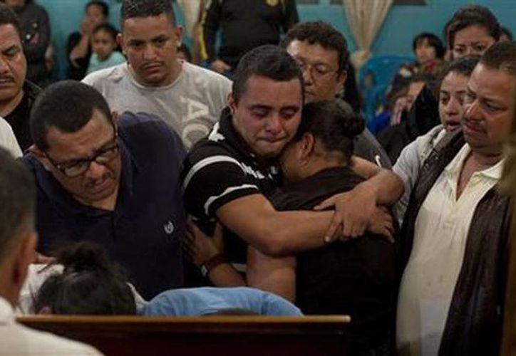 Familiares y amigos lloran junto al feretro del taxista Benjamín Alvarez Moncada, 'Don Mincho'. (Agencias)