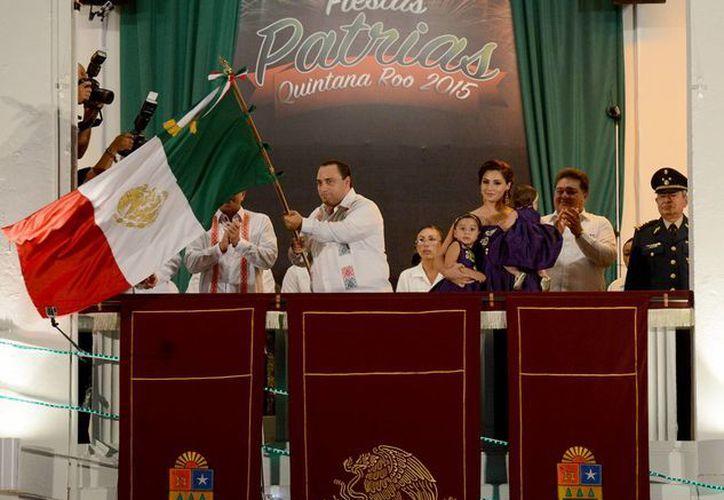 El gobernador Roberto Borge hizo repicar la campana desde el balcón de Palacio de Gobierno. (Redacción/SIPSE)