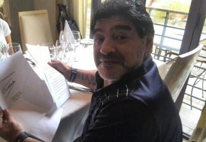 Aunque no se mostraron imágenes de Fidel Castro, Telesur exhibió  fotos de Maradona recibiendo la carta que le envió el exgobernante y con su firma de manera muy visible. (telesurtv.net)