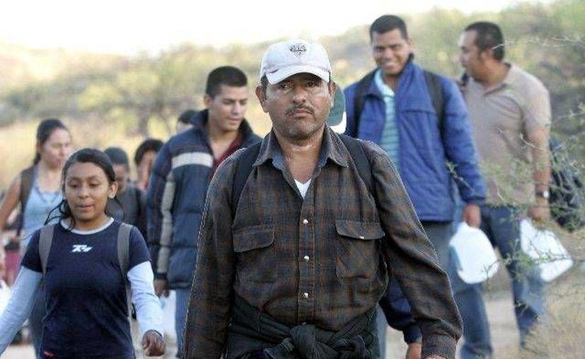 Un grupo de inmigrantes cruza la frontera desde México hasta Arizona. (Archivo/AP)