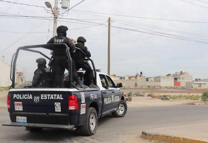 La policía no pudo entrar a tiempo al poblado, mismo que fue cercado por los habitantes. (Internet)