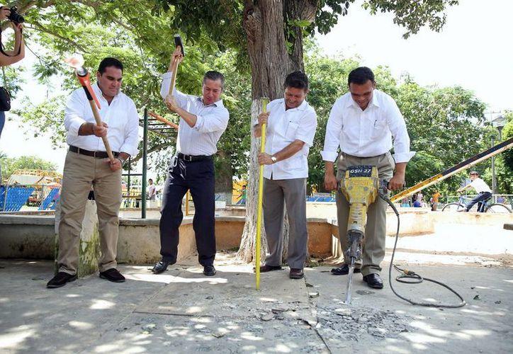 El gobernador Rolando Zapata Bello y otros funcionarios ponen en marcha obras durante la gira de este jueves. (SIPSE)