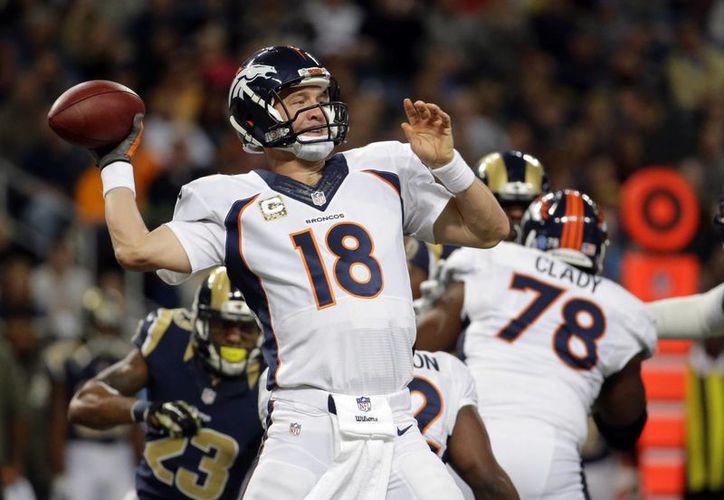 Con 17 temporadas de experiencia, Peyton Manning considera que aún tiene mucho para dar en la cancha. (AP)