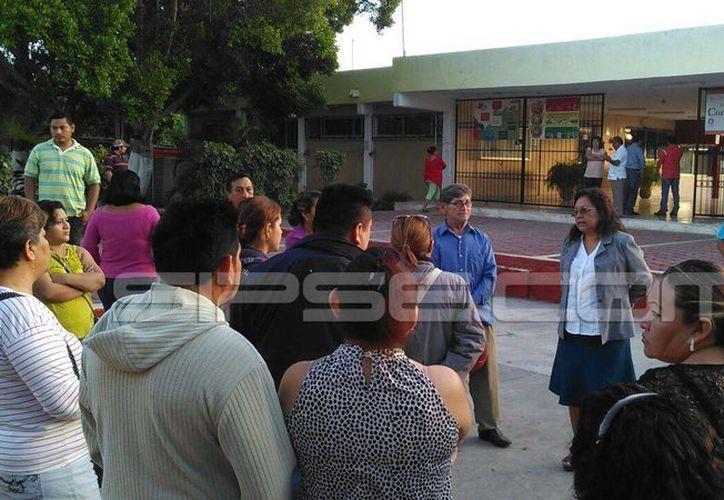 Padres de familia de los alumnos de la escuela Serapio Rendón se apostaron desde temprano en la puerta de la institución, debido a las amenazas de tiroteo que circulan por las redes sociales. (Jorge Acosta/Milenio Novedades)