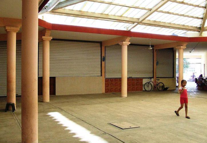 Los comercios cierran ya que las lluvias no dejan que los ciudadanos se acerquen a sus tiendas. (Rossy López/SIPSE)