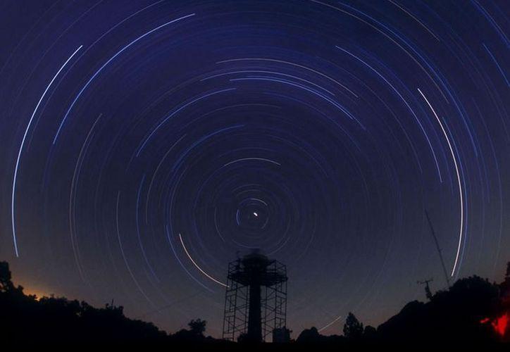 El Instituto de Astronomía de la UNAM siguiere que la mejor forma de ver la lluvia de estrellas es alejarse de las ciudades. (astroscu.unam.mx)