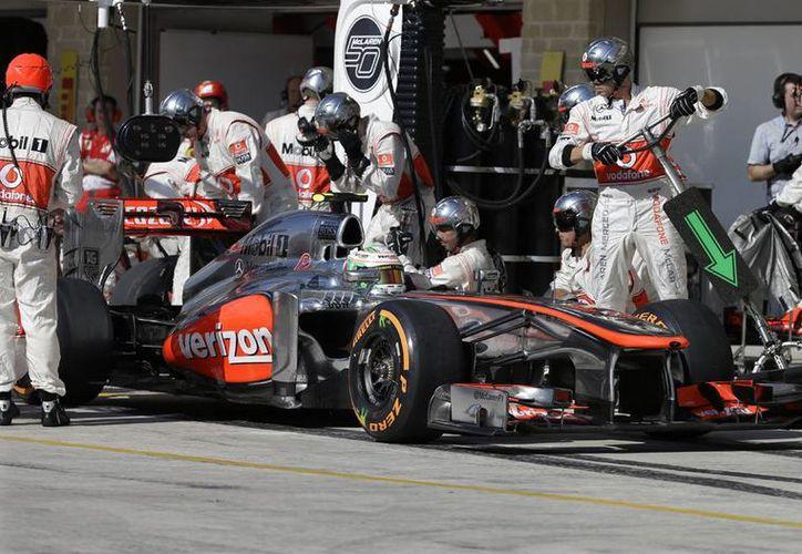 <i>Checo</i> Pérez, durante una parada en pits, en el Gran Premio de EU.