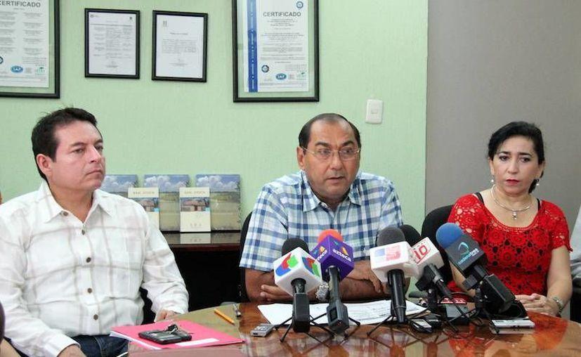 Raúl Godoy Montañez (centro), secretario de Educación de Yucatán, ofreció detalles sobre las fechas del próximo ciclo escolar. (Milenio Novedades)