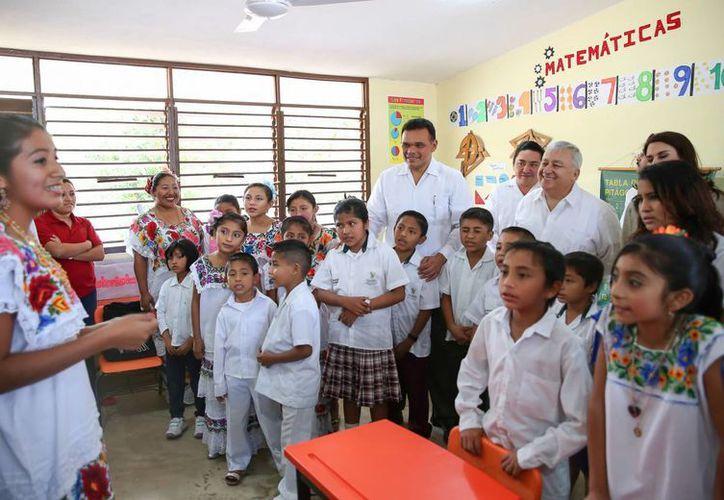 La gira del gobernador de Yucatán, Rolando Zapata Bello, y el secretario de Educación, Emilio Chuayffet Chemor, incluyó la visita a una escuela de Motul. (SIPSE)