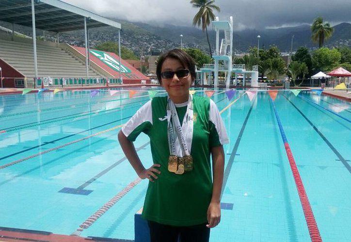 La nadadora María Guerrero Sandoval se llevó tres medallas de oro en Paralimpiada Nacional 2016.  (Milenio Novedades)