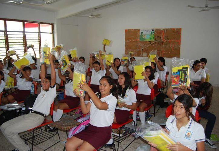 En el marco del anuncio del nuevo director, ayer en la Secundaria General número 16, personal del Ayuntamiento entregó 748 paquetes escolares. (Tomás Álvarez/SIPSE)
