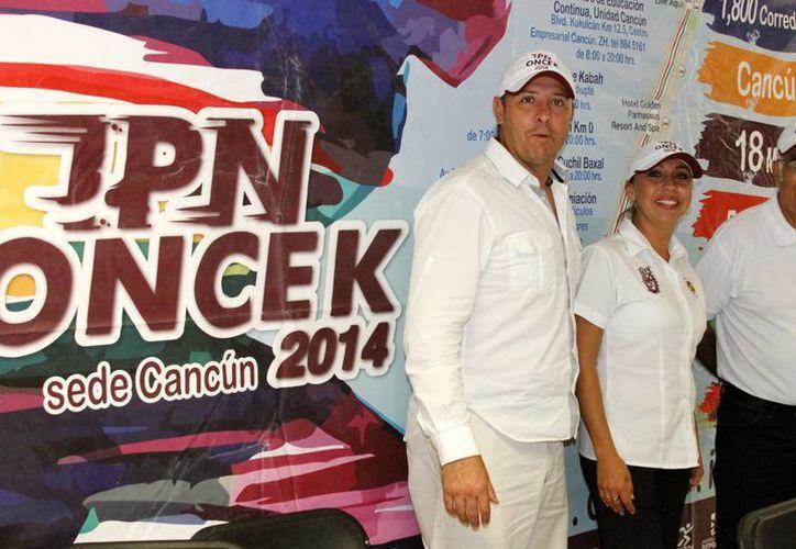 Marco Martos acompañó a los organizadores del evento, Ofelia Zurita y David Badillo. (Francisco Gálvez/SIPSE)