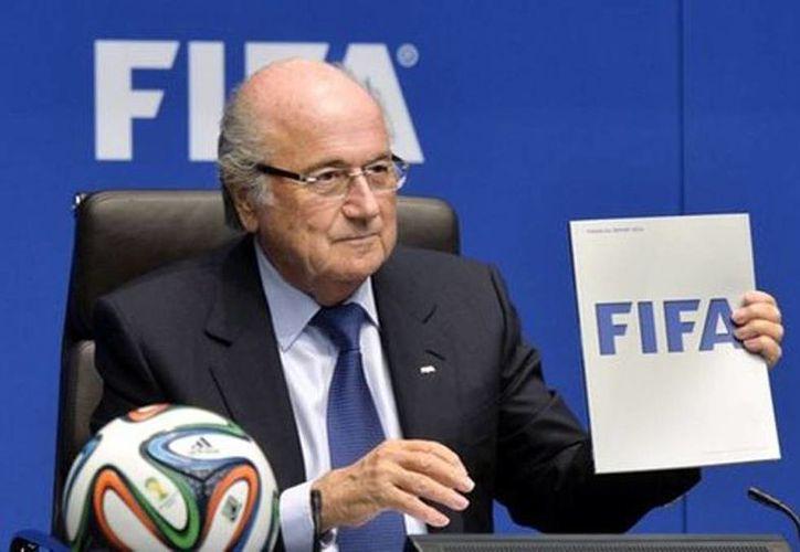 El presidente de la FIFA, Joseph Blatter, durante una rueda de prensa este sábado en Zúrich. Se descubrió que una compañía de mercadeo deportivo pagaba sobornos a los funcionarios de la Concacaf para lograr derechos comerciales de diversos torneos. (EFE)