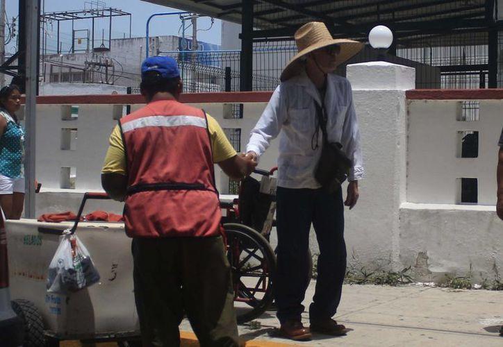 Las personas que trabajan en el sector de la construcción son quienes más sufren los síntomas del golpe de calor. (Gerardo Amaro/SIPSE)