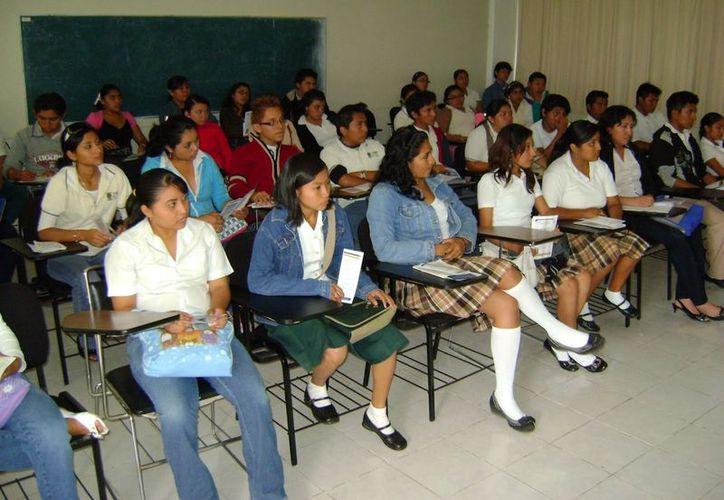 Muchos estudiantes de Quintana Roo y de otros estados toman los cursos que los preparará para el examen universitario. (Redacción/SIPSE)