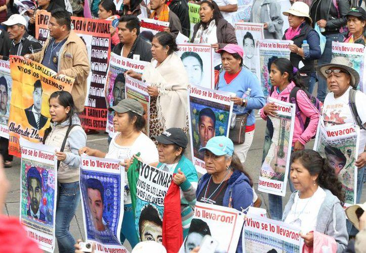 Miles de personas marcharon con pancartas el pasado 26 de septiembre, en calles de la Ciudad de México, para recordar el aniversario de la desaparición de 43 estudiantes de la Escuela Normal Rural de Ayotzinapa. (EFE/Archivo)