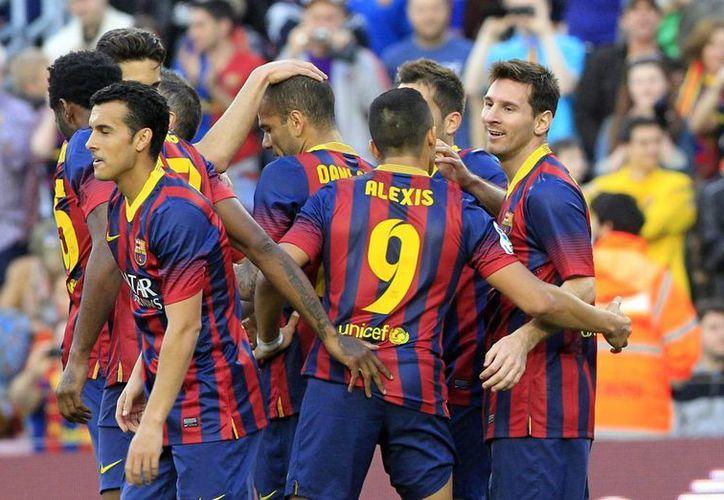 Lionel Messi celebra con sus compañeros el gol que ha marcado al Osasuna, en el Camp Nou. (EFE)