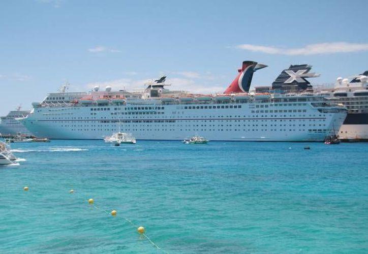 El lunes 8 de febrero se calculan 14 mil 514 visitantes en cinco hoteles flotantes.(Redacción/SIPSE)