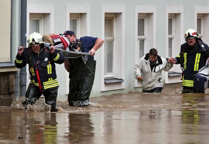 Los equipos de rescate evacuan a los residentes de Grimma, Alemania. (Agencias)