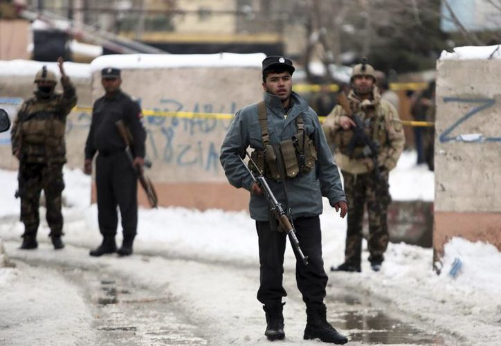 Guardias de seguridad resguardan el lugar donde ocurrió un ataque suicida en la Corte Suprema en Kabul, Afganistán. (AP/Rahmat Gul)