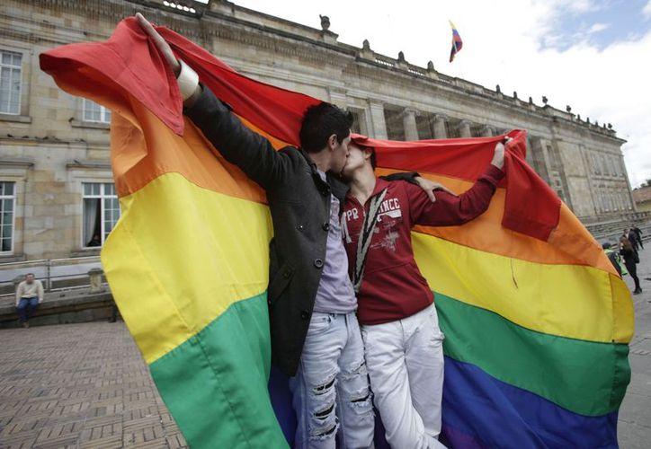 Dos activistas de la comunidad lesbiana, gay, bisexual y transgénero se besan frente al Congreso colombiano. (Agencias)