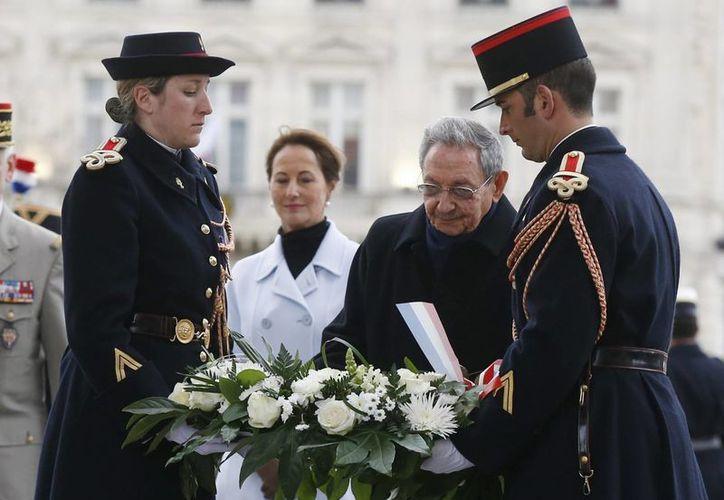 En el inicio de su visita a Francia, el presidente cubano Raúl Castro (segundo desde la derecha) y la ministra gala de Ecología, Desarrollo Sostenivle y Energía, Ségolène Royal (2ºizda), asisten a una ceremonia en la Tumba del Soldado Desconocido en el Arco del Triunfo en París. (EFE)
