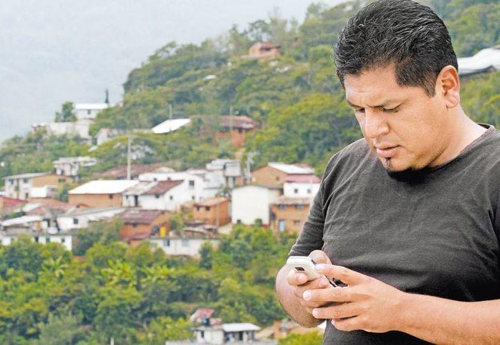 Por sólo 15 pesos al mes hacen y reciben todas las llamadas necesarias locales y nacionales. (Milenio)