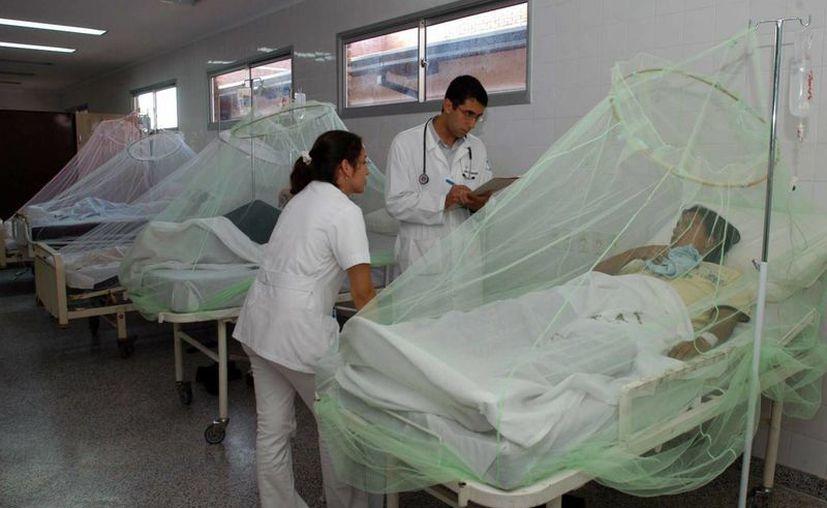 Se han confirmado hasta el momento siete casos de Chikungunya en Yucatán. Imagen de un paciente al ser atendido por médicos en un hospital. (Archivo/EFE)